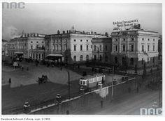 Dworzec Główny w Krakowie. Obok budynek Kasy Oszczędności miasta Krakowa. Styczeń 1940