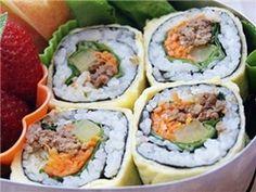 Làm trứng bọc kimbap đi picnic cùng chàng