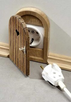 Мышиная дверь или как спрятать,обезопасить розетку.