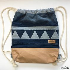 Turnbeutel mit Pachwortborte Backpack Bags, Drawstring Backpack, Tote Bag, Sewing Tutorials, Sewing Projects, Patchwork Jeans, Sewing Toys, Sewing For Kids, Diy Clothes