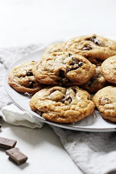 This mint chocolate chip cookie recipe is super easy and crazy delicious! Made with coconut oil, peppermint extract and chocolate chunks! No mixer required! Mint Chocolate Chip Cookies, Chocolate Chip Oatmeal, Coconut Oil Cookies, Best Cookies Ever, Cinnamon Cookies, Cookie Dough Recipes, Peppermint Cookies, Dairy Free Chocolate, Mixer