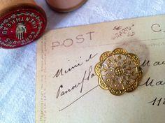 英国ヴィクトリア時代(1837年-1901年)に作られたメタルボタンです。フィリグリー(透かし模様)デザインが、レースのようなエレガントな一点です。お花のよう...|ハンドメイド、手作り、手仕事品の通販・販売・購入ならCreema。