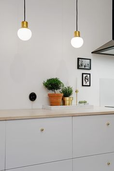 Scandinavian Kitchen Design Ideas To Try In Your House Ikea Kitchen, Kitchen Interior, Kitchen Dining, Kitchen Decor, Kitchen Cabinets, Kitchen Lamps, Brass Kitchen, Kitchen Grey, Interior Modern