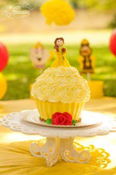 """O Smash The Cake da Isabella teve o tema da Princesa Bela de """"A bela e a Fera"""". Nossa princesinha iniciou tímida mas foi muito bem no seu Smash! <3"""