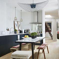 L'élégante cuisine ouverte dans le loft sous les toits de Pierre Frey, à Paris (2013).