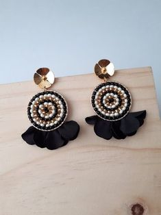 ARETES TEJIDOS NEGRO Y BEIGE Macrame Earrings, Soutache Jewelry, Macrame Jewelry, Seed Bead Earrings, Diy Earrings, Pearl Jewelry, Fashion Earrings, Diy Jewelry, Vintage Jewelry