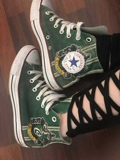 Slytherin I want these shoes so ba Harry Potter Shoes, Slytherin Harry Potter, Harry Potter Style, Slytherin Pride, Harry Potter Outfits, Ravenclaw, Harry Potter Converse, Harry Potter Fashion, Slytherin House