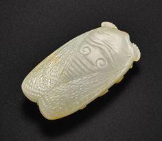 清十八世紀 褐斑白玉雕蟬形珮