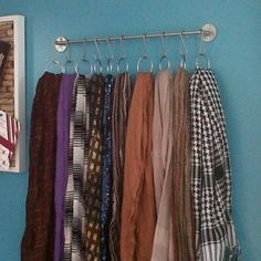 Towel rod + S hooks + shower curtain rings = scarf storage Scarf Hanger, Diy Scarf, Scarf Rack, Scarf Belt, Scarf Organization, Home Organization, Organizing Scarves, Storing Scarves, Hang Scarves