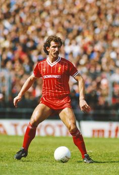Liverpool player Graeme Souness on the ball during a League Division One match between Notts County and Liverpool at Meadow Lane on May 12 1984 in Nottingham England. Liverpool Captain, Liverpool Legends, Liverpool Players, Liverpool Fans, Liverpool Football Club, Free Football, Retro Football, Football Boys, Football Players