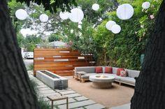 Holzmöbel, Kies-Boden und Beton-Feuerschale für den Sitzplatz im Vorgarten