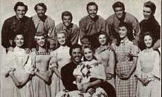Seven Brides for Seven Brothers. I not even going to go through the cast there is just so many. Love this movie Viejo Hollywood, Old Hollywood, Classic Hollywood, Movies Showing, Movies And Tv Shows, Comedy Duos, Cinema, Star Pictures, Pretty Pictures