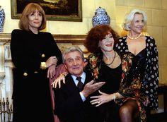 Patrick Macnee, au centre, entouré de gauche à droite de Diana Rigg, Linda Thorson et Honor Blackman