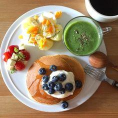 ブルーベリーごろごろのパンケーキプレート。きれいな緑のほうれん草のスープにゆで卵とじゃがいものサラダ、チーズとトマト。カフェさながらのおしゃれなワンプレートにうっとり♡