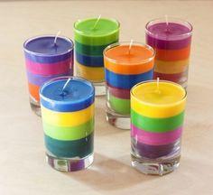 des bougies colorées DIY, suggestion joyeuse de cadeau a faire soi meme, plusieurs couches de couleur différente