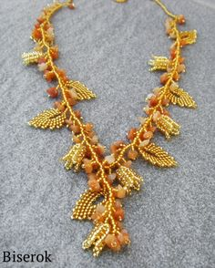 """Necklace Tenderness - More Russian leaves with cleaver short """"fringe"""" for texture. Easy enough for intermediate beaders. Maybe in Spring colors? Do Translate. #Seed #Bead #Tutorials"""