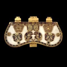 Buckle & Purse Lid, Sutton Hoo Burial C. 625 Hiberno-Saxon Purse lid from the Sutton Hoo ship burial, gold with cloisonne enamel. Medieval World, Medieval Art, Viking Jewelry, Ancient Jewelry, Medieval Jewelry, British Museum, Anglo Saxão, Dragons, Sutton Hoo