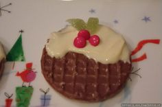 Chocolate digestive biscuit topped with Nestlé condensed milk or melted white chocolate.With 3 red smarties or m&ms and some jelly sweets cut like leaves to make a Christmas pudding biscuit. Christmas Fayre Ideas, Christmas Party Food, Xmas Food, Christmas Cooking, Christmas Crafts For Kids, Christmas Goodies, Christmas Treats, Christmas Deserts, Christmas Activities