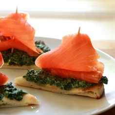 Sailing boats made of naan bread, smoked salmon, spinach & ricotta. Great recipe for sandwich, appetizer, snack or even summer lunch.