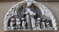 De leden van de Scuola zitten devoot geknield rond hun patroonheilige Stefanus, de eerste martelaar. Gekleed in de dalmatiek van de diaken, een boek in de linker en de palmtak van het martelaarschap in de rechterhand, lijkt het wel of hij zijn hoofd scheef moet houden om in de ruimte te passen. De beeldhouwer heeft twee van de stenen waarmee hij ter dood gebracht werd op zijn hoofd gelegd!