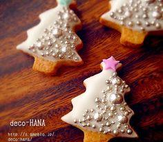 Christmas Tree Cookies by deco-HANA christmassugarcookies Christmas Tree Cookies, Iced Cookies, Noel Christmas, Holiday Cookies, Cupcake Cookies, Christmas Treats, Christmas Goodies, Christmas Biscuits, Bolo Fack