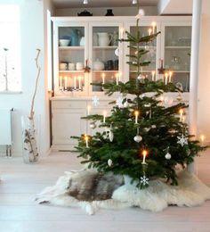 {Nordic Christmas tree} Sheepskin as a tree skirt. Christmas Tree Base, Noel Christmas, Modern Christmas, Simple Christmas, Beautiful Christmas, Winter Christmas, Christmas Tables, Christmas Markets, Minimal Christmas