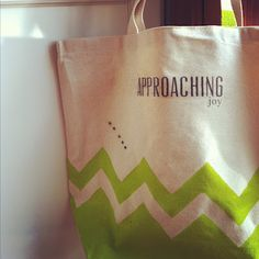 :: Craft your own chevron/neon tote for your next beach adventure ::