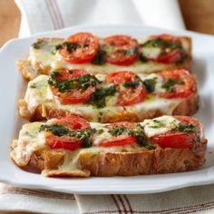 Baguette Bruschetta de jitomate con queso mozarella, albahaca y pesto  http://culturacolectiva.com/la-pasta-esta-sobrevalorada-10-platillos-para-una-cena-romantica-verdaderamente-original/