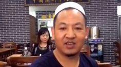 """Image copyright                  Weibo Image caption                                      Xian Guolin, oriundo de la provincia de Gansu, gastó todos sus ahorros para abrir el local de """"noodles"""".                                Xian Guolin gastó los ahorros de toda su vida e hipotecó su casa para cumplir su sueño de abrir un restaurante de """"noodles"""" en la concurrida calle Nanjing de Shanghái, China, una ciudad donde la"""