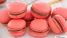 Se siete stati in Francia, avrete sicuramente assaggiato i Macarons,piccoli dolcettia base di farina di mandorle, albumi e zucchero colpiscono per i loro colori e la loro leggerezza. Gustateli in una pasticceria parigina, e non ne farete più a meno. Il Macaron che tutti conosciamo è stato creato all'inizio del XX