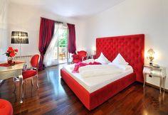 Rotes Zimmer im Hotel Schloss Hotel Korb, Eppan, Italien | Escapio