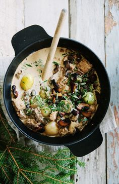 creamy vegetarian christmas stew with red wine & mushrooms // winter stew recipes to keep you warm! Vegetarian Stew, Vegetarian Recipes, Healthy Recipes, Delicious Recipes, I Love Food, Good Food, Yummy Food, Tasty, Soup Recipes