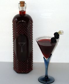 Homemade Blackberry Liqueur Recipe 2 weeks and you have your own rich liqueur Makes great gifts! - Blackberries - Ideas of Blackberries Cocktail Drinks, Fun Drinks, Yummy Drinks, Alcoholic Drinks, Beverages, Cocktail Recipes, Homemade Alcohol, Homemade Liquor, Home Canning