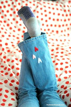 Super-cute little embroidered hearts on jeans. These are so easy kids can make them, or you could just embroider a tiny heart onto your own jeans somewhere. Embroidery Hearts, Cross Stitch Embroidery, Embroidery On Clothes, Painted Jeans, Embroidered Jeans, Sewing For Kids, Diy Fashion, Embroidery Designs, Creative Embroidery