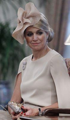 Elegante tocado en color beige. Máxima, la reina de los sombreros