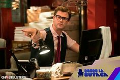 El súper galán #ChrisHemsworth lo vemos en la primera imagen oficial de la nueva película #CazaFantasmas! Quisieras un secretario así?  #DLB #DesdeLaButaca Lee más al respecto en http://ift.tt/1hWgTZH Lo mejor del Cine lo disfrutas #DesdeLaButaca Siguenos en redes sociales como @DesdeLaButacaVe #movie #cine #pelicula #cinema #news #trailer #video #desdelabutaca #dlb