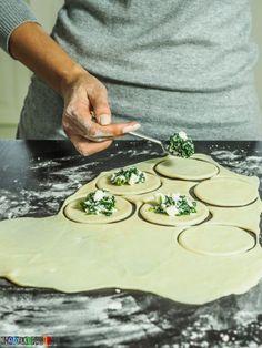 Pierogi ze szpinakiem i serem feta Gyoza, Feta, Polish Recipes, Dim Sum, Bread Rolls, Tortellini, Food To Make, Good Food, Food And Drink
