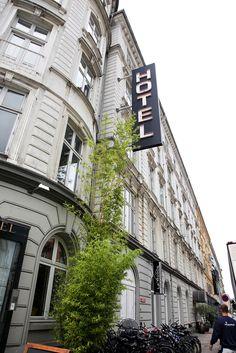 København har et utall hoteller, både dyre og billige. To som ligger prismessig midt på treet, er IBSENS HOTEL og HOTEL KONG ARTHUR, som ligger bare noen få minutter fra byens hjerte. Hotelldirektør Helle Bisholm er godt vant med at firmaer legger turen til København.