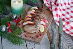 Рецепт на Новогодний стол!  Мясное блюдо на Новый год 2017: запеченная в духовке свиная вырезка с яблоками, ягодами клюквы и белым вином.  Ингредиенты: свиная вырезка 1 кг зеленое яблоко 1/2 шт. сало 100 г клюква горсть соль, молотый перец по вкусу белое сухое вино 100 мл растительное или оливковое масло  Время: 120 мин, на 6-8 порций.    1. Духовку разогреть до 180 С.    2. Свинину помыть и обсушить. Сделать острым ножом глубокие поперечные надрезы, не дорезая до конца.  3. Яблоко помыть…