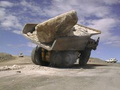 Incredible videos of truck & tractor wrecks Dump Trucks, Cool Trucks, Big Trucks, Heavy Construction Equipment, Heavy Equipment, Construction Humor, Giant Truck, Unbelievable Pictures, Amazing Photos
