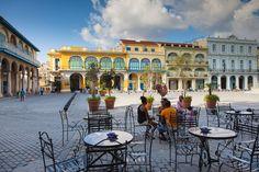 La Habana Vieja es la zona más antigua de la capital cubana. Formada por el puerto, el centro oficial y la Plaza de Armas, este histórico barrio está lleno de angostas callejuelas de piedra que nos llevan a edificios coloniales, barrocos y art decó (algunos un poco destartalados). Es aquí donde encontrarás los míticos coches de los años 60.