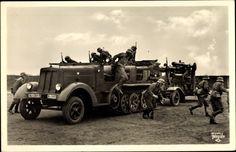 Ansichtskarte / Postkarte Deutsche Wehrmacht, Luftwaffe, Abprotzen, Krauss Maffei Kettenfahrzeug, Flaktransport, II. WK