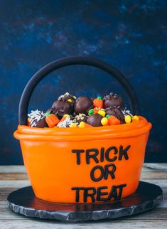 This trick or treat cake is such a cute Halloween cake idea. First, there's the chocolate trick or treat bucket cake, then it's all topped off with cake balls and candy corn. Cute Halloween Cakes, Halloween Desserts, Halloween Treats, Halloween 1, Melting White Chocolate, Mini Chocolate Chips, Cosmetology Cake, Fondant Letters