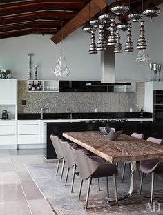 Зона кухни-столовой. Кухонный гарнитур, Poggenpohl. Массивный обеденный стол купили на Бали, а светильник, висящий над ним, привезли из Гонконга.