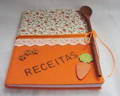 Caderno com pauta forrado com tecido decorado com aplicações em mdf, com envelope na parte interna da capa para colocar folhas soltas.  Acompanha colher de pau. R$ 39,90