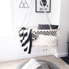 Un berceau suspendu en crochet pour ancrer la chambre de bébé dans la tendance.