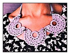 Uncinetto d'oro: Necklace and earring pattern Crochet Jewelry Patterns, Crochet Tutorials, Graphic Pattern, Love Is Free, Love Crochet, Free Pattern, Jewelery, Crochet Necklace, Knitting