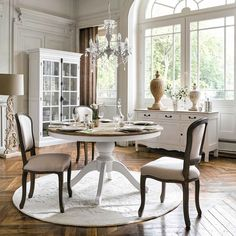 Classic country dining room with white chandelier Dining Room Table Centerpieces, Dinning Table, French Furniture, Dining Furniture, Furniture Design, Living Room Sofa, Living Spaces, Dining Room Paint Colors, Sweet Home