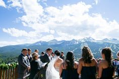 A ceremony with a VIEW in Breckenridge (image: @susannahphoto via @luxemtweddings)
