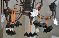 Fantasmas y murciélagos con cajas de cartón de huevos y hojas secas